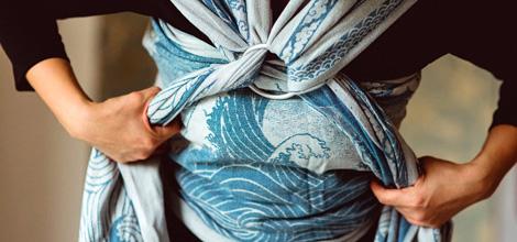 Welche Tragehilfe ist die beste für Babys? Du fragst Dich, ob ein Tragetuch, eine Komforttrage, eine Tragehilfe oder ein Tragesystem richtig für Dich ist? Du möchtest wissen, welche Tragehilfe ab Geburt, für Neugeborene, für ein Kleinkind oder für Deinen Rücken geeignet ist? Du würdest gern ausprobieren, welche der vielen Möglichkeiten am besten zu Dir und Deinen Bedürfnissen passt? Du hast schon ein Tuch oder eine Tragehilfe und kommst nur schwer damit zu Recht? Du möchtest wissen, welche Tragetuchlänge oder welche Traglast bei Deiner Tragehilfe optimal ist? Die Trageberatung Nesthäkchen bietet Dir individuelle Einzelberatungen, Paarberatungen, private Trageparty, Workshops, Informationsveranstaltungen und Gruppenberatungen zum Thema tragen. Eine umfassende, individuelle und professionelle Beratung bietet Dir das nötige Hintergrundwissen und ist somit der optimale Start in eine glückliche sowie intensive Tragezeit. Trageberatung Nesthäkchen ist Deine Trageberatung und Stillbegleitung für Dortmund, Herne, Castrop-Rauxel, Schwerte, Herdecke und Umgebung. Als ausgebildete Trageberaterinnen und Tragemamas vermitteln wir Dir verschiedene Binde- und Wickeltechniken, die perfekt auf das Alter Deines Kindes und Deine Bedürfnisse abgestimmt sind. Wir verfügen auch über das größte Sortiment an Tragetüchern, Tragehilfen und Tragesystemen in der Region, die Du auch gleich ausgiebig probetragen, testen, leihen oder kaufen kannst.